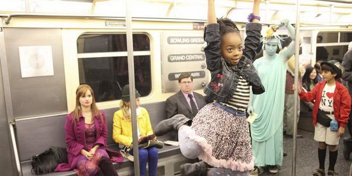 Сцена в метро из подросткового сериала Джесси (2012)