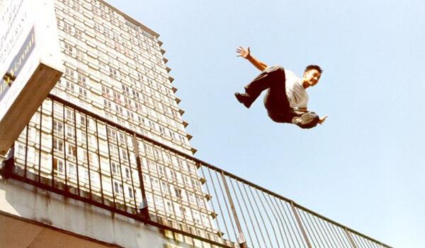 Кадр из фильма Ямакаси: Свобода в движении (2001)