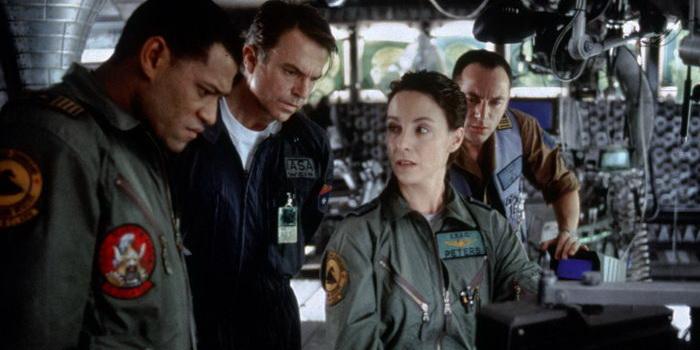сцена из фильма Сквозь горизонт (1997)