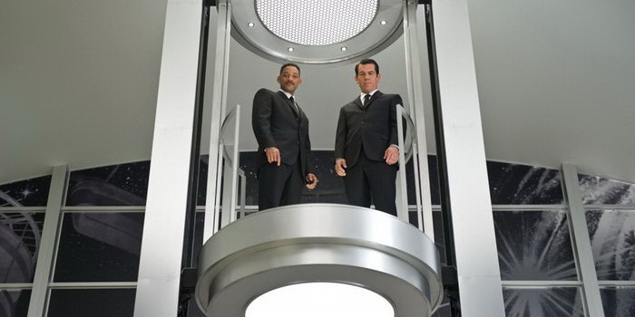 Сцена из фильма Люди в черном 3 (2012)